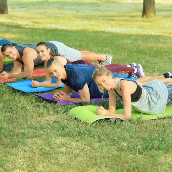 Groupe de personnes utilisant le tapis de sport PURSHAPE pour faire du Gainage