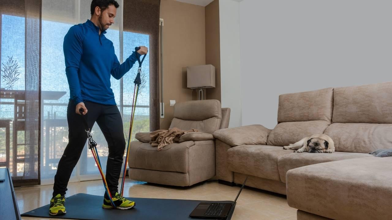 Exercice avec élastique fitness