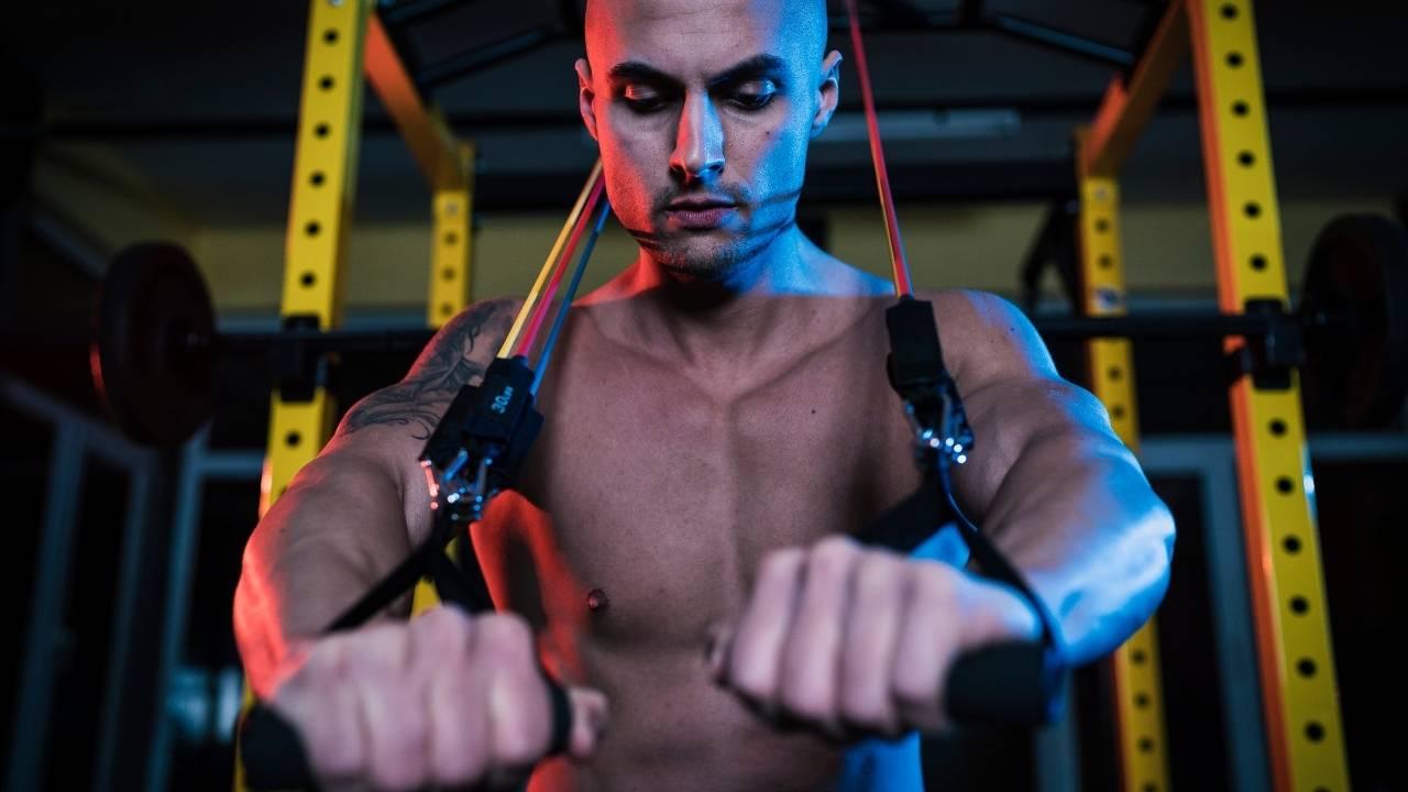 Exercice avec élastique pour travailler les pectoraux