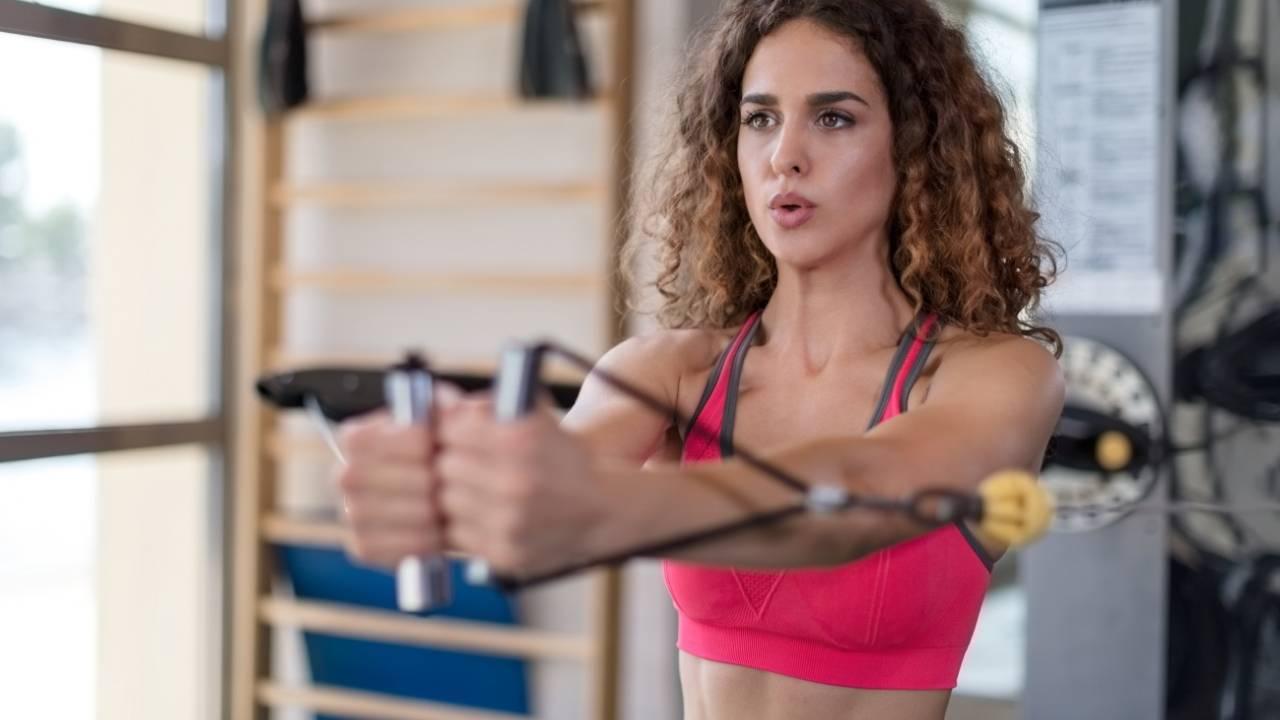 Exercice développé debout avec élastique de musculation